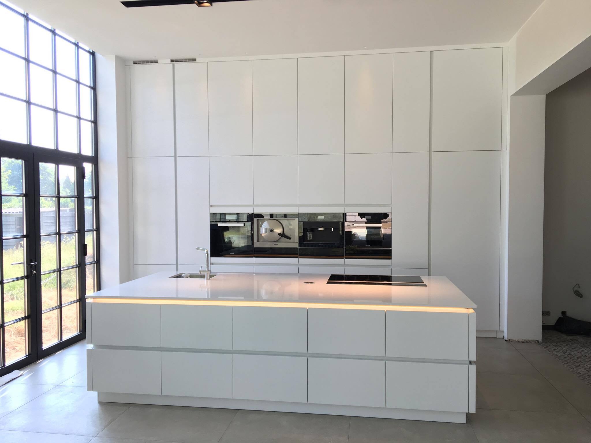 Moderne keuken met ingewerkte deur naar de berging u taes keukens